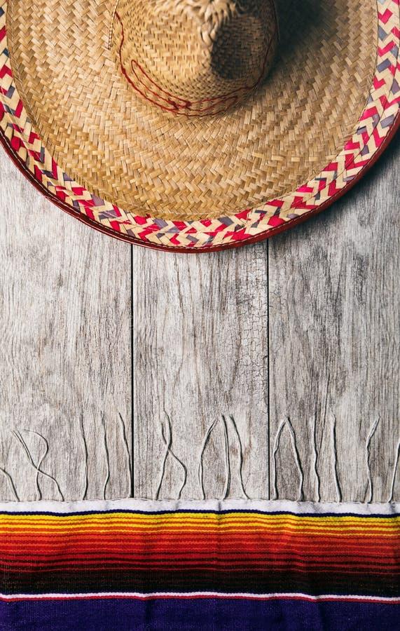 Fiesta: Meksykański sombrero Z Serape koc Na Pogodowym drewnie zdjęcia royalty free