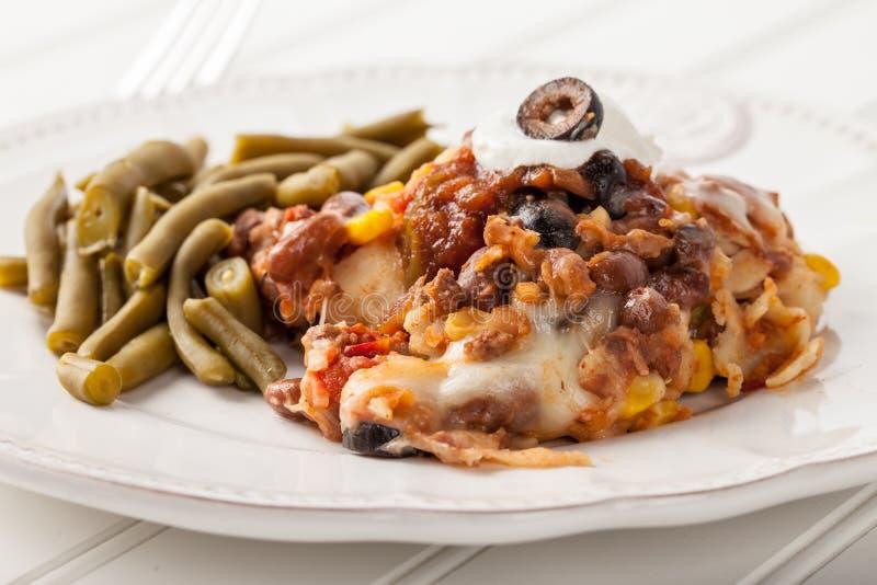 Fiesta Piec Meksykańskiego Lasagna na bielu fotografia royalty free