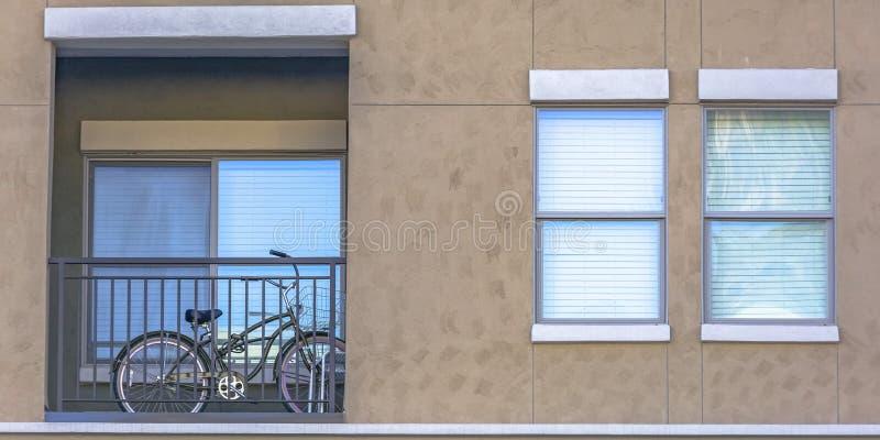 Fiets binnen het balkon van een huis stock afbeeldingen