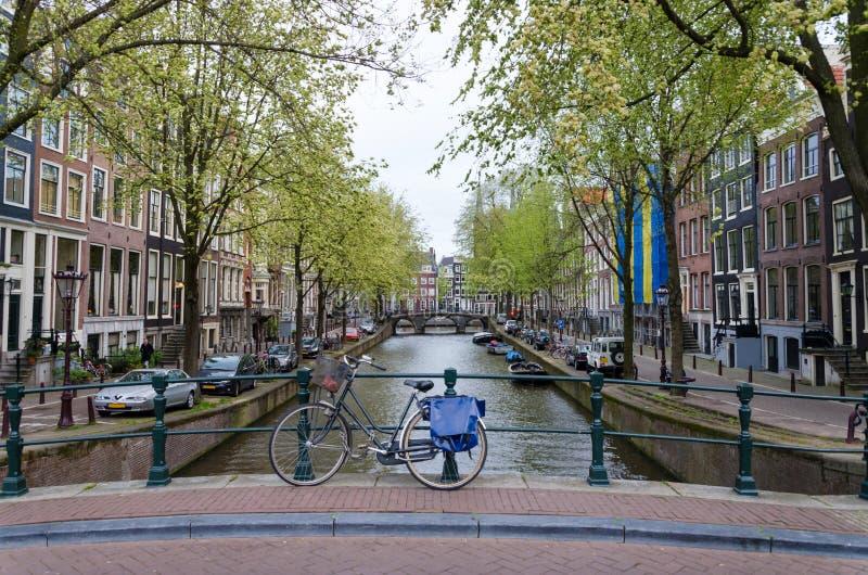 Fiets die een brug over de kanalen van Amsterdam voeren royalty-vrije stock foto