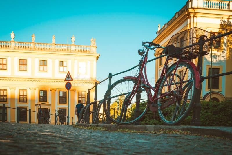 Fiets in een oude stad wordt geparkeerd die royalty-vrije stock foto