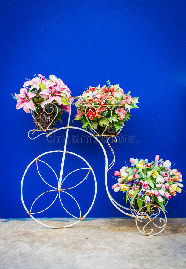 Fiets en bloemenvoorzijde van badkamers, uitstekende filter royalty-vrije stock foto