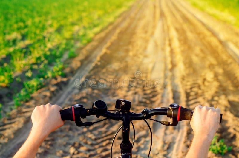 Fiets en mens op aard dichte omhooggaand, reis, gezonde levensstijl, de gang van het land Zonnige dag Fiets het berijden stock foto