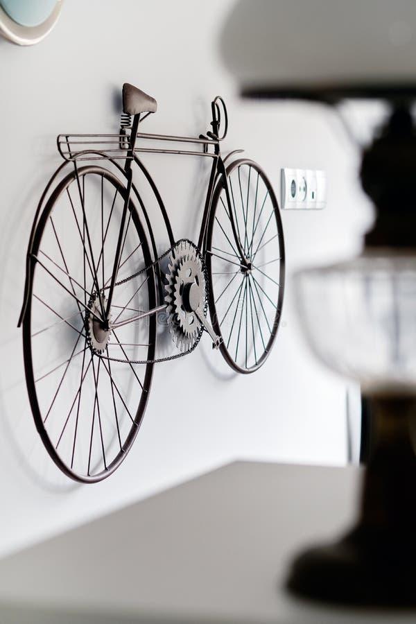 Fiets het hangen op het witte binnenland van de muurruimte stock afbeeldingen