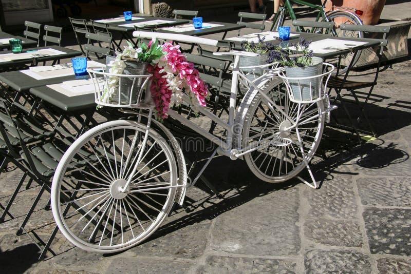 Fiets met decoratieve bloemen en lavendelbloemen die wordt verfraaid royalty-vrije stock fotografie