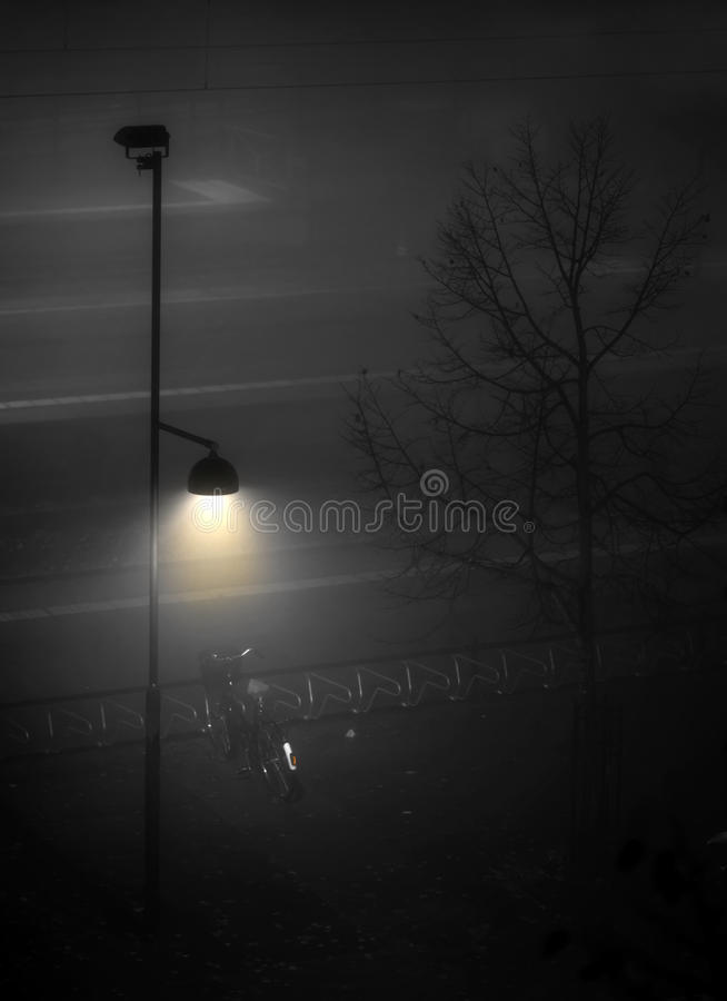 Fiets onder lamppost royalty-vrije stock afbeelding