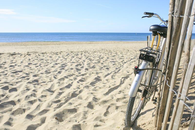 Fiets op het zand van het Strand wordt geparkeerd dat stock foto