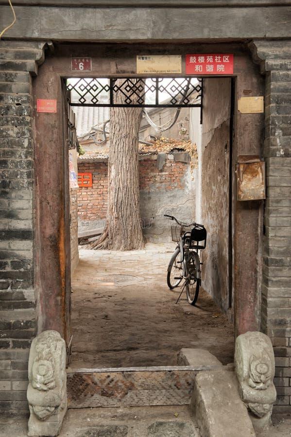 Fiets in oude Hutongs van Peking wordt geparkeerd dat stock afbeeldingen
