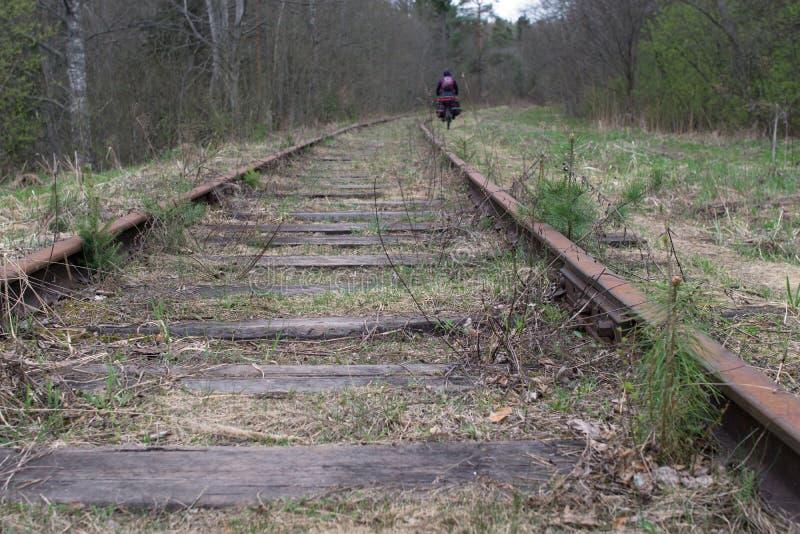 Fiets-ruiter op de oude spoorweg stock afbeelding