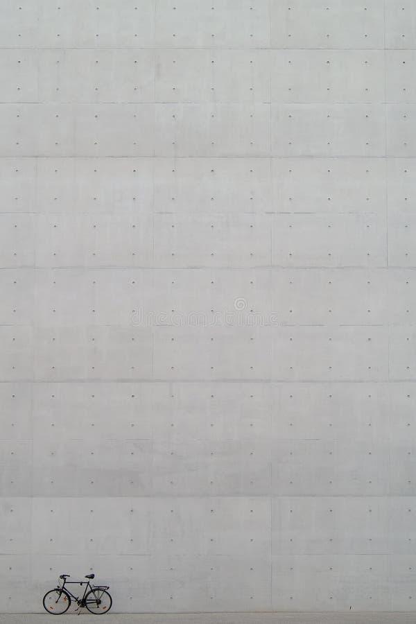 Fiets voor concrete muur stock afbeeldingen