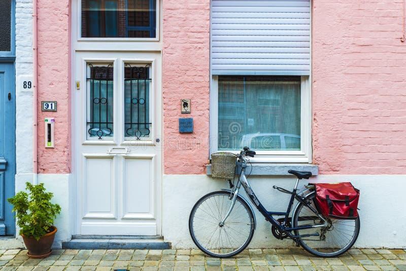Fiets voor een huis in Brugge, België wordt geparkeerd dat royalty-vrije stock fotografie