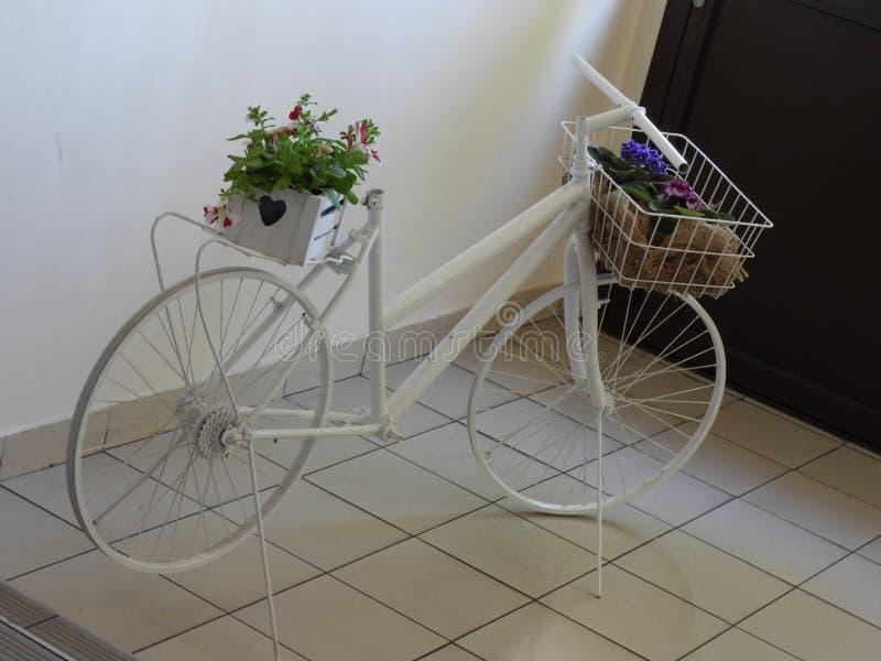 Fiets, wit, retro bloemen, ruimte stock foto