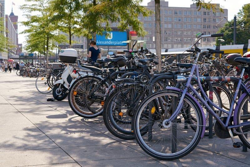 fietsen in Berlijn stock fotografie