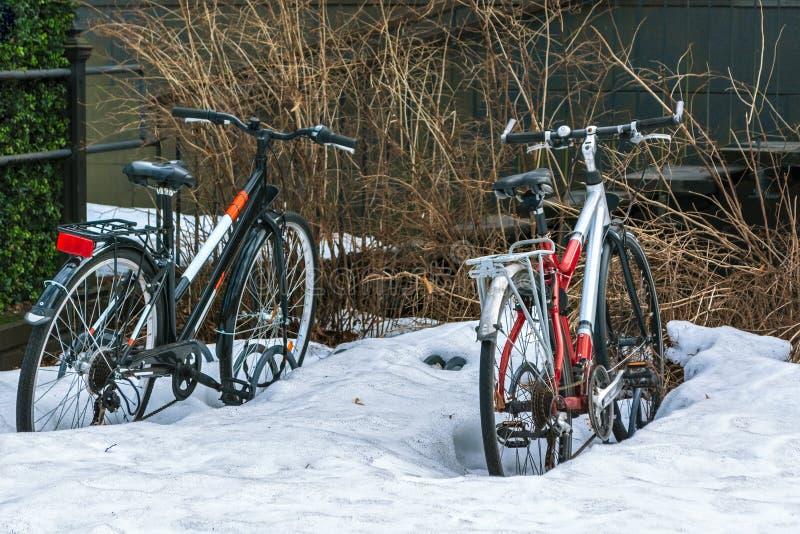 fietsen in de sneeuw royalty-vrije stock afbeeldingen