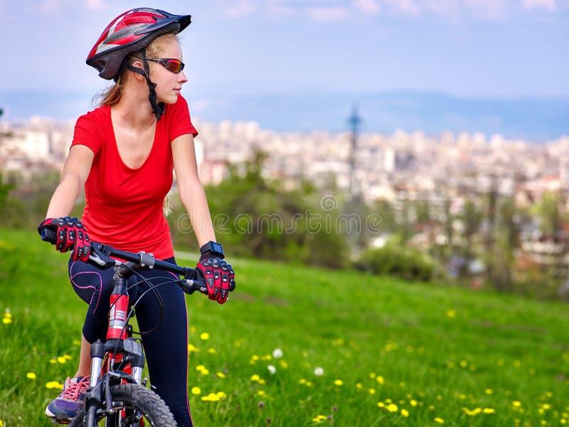 Fietsen die meisje cirkelen Het meisje berijdt uit fietsstad stock foto's
