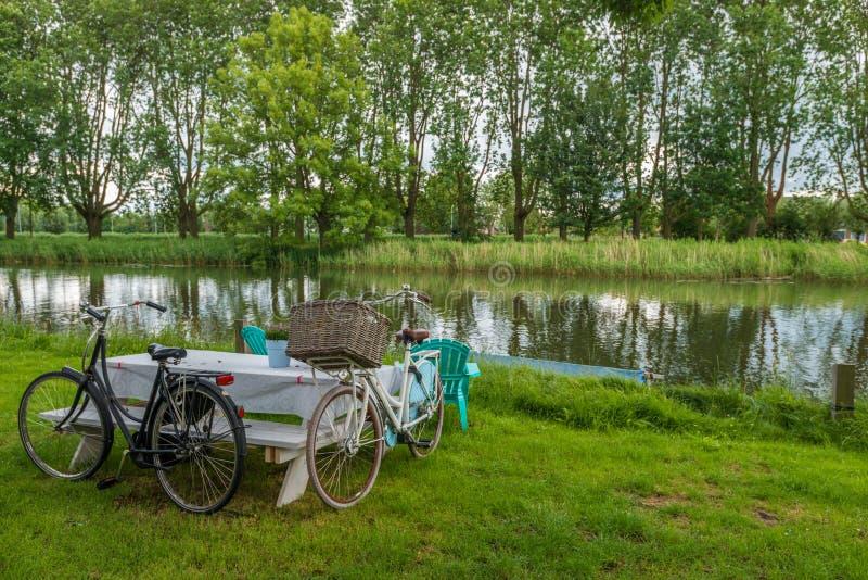2 fietsen en picknicklijst stock foto