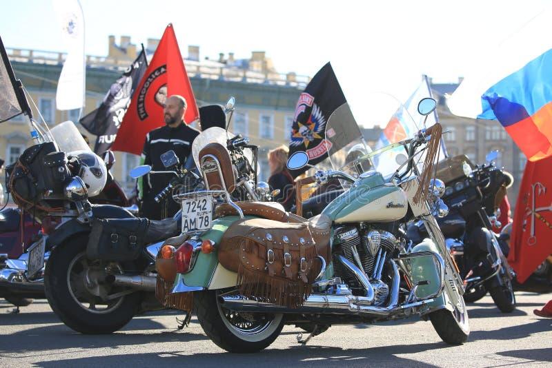 Fietsen en vlaggen op Paleisvierkant op een heldere zonnige dag stock foto's