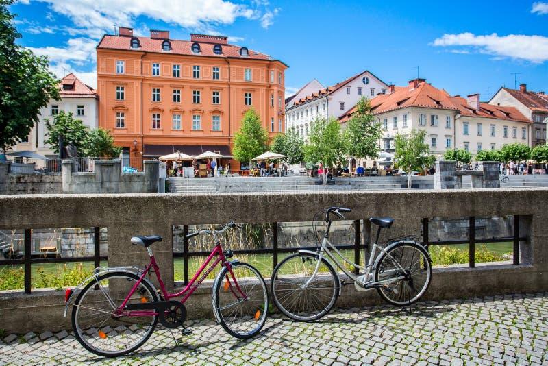 Fietsen op de waterkant in het centrum van Ljubljana stock afbeeldingen