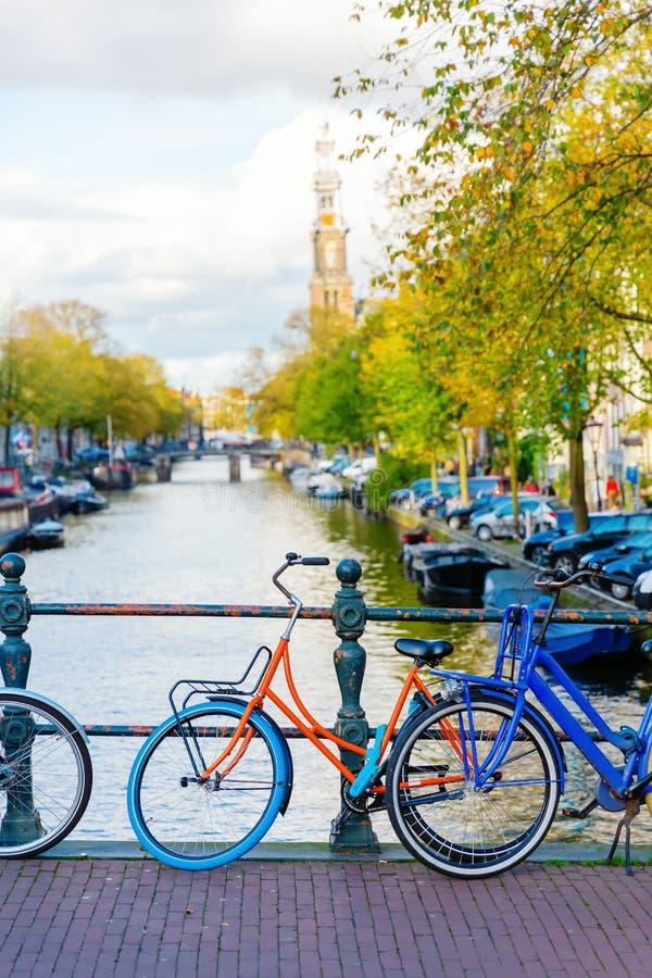 Fietsen op een brug in Amsterdam, Nederland stock afbeelding