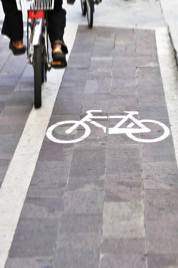 Fietsen op fietssteeg royalty-vrije stock afbeeldingen