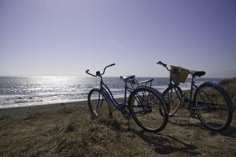 Fietsen op het strand stock fotografie
