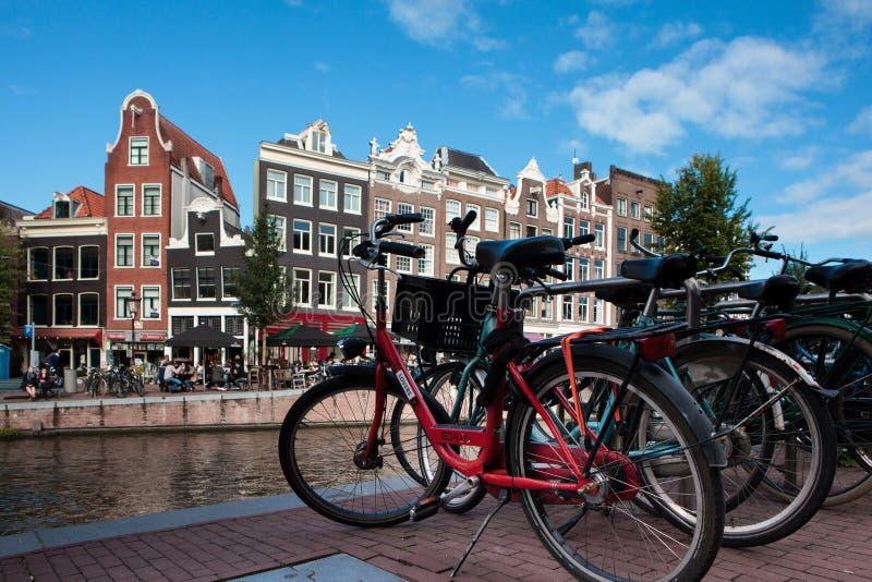 Fietsen voor Prinsengracht-kanaal in Amsterdam, Netherlan stock fotografie