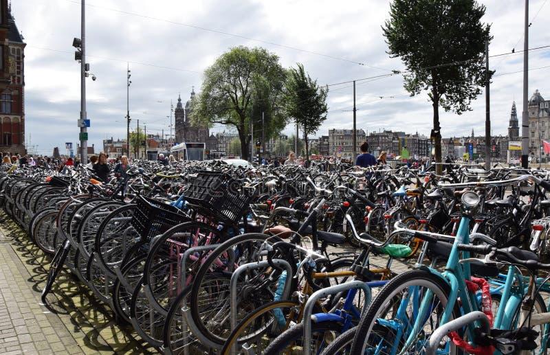 Fietsenrek voor de Centraal-post in Amsterdam - Fietsenrek in Holland, Nederland stock fotografie