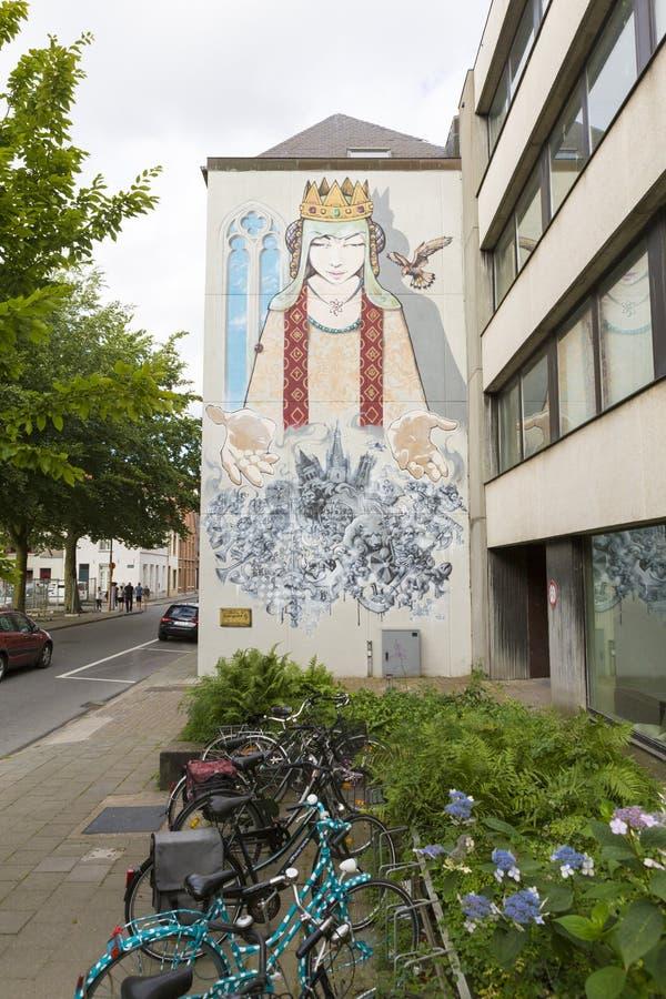 Fietsenrek voor een bureaugebouw met modern art. wordt geschilderd dat royalty-vrije stock foto
