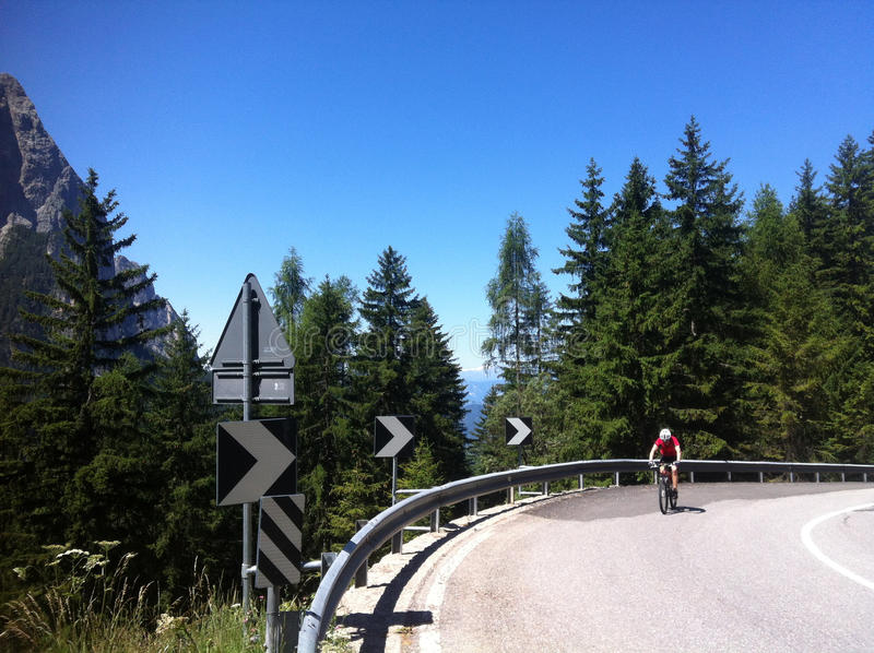 Fietser die Alpe Di Siusi beklimmen stock foto's