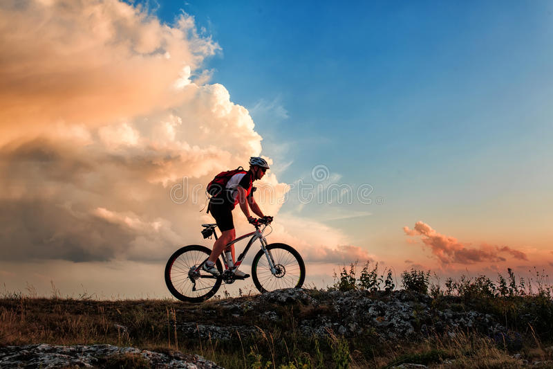 Fietser die op fiets in bergen berijden stock fotografie