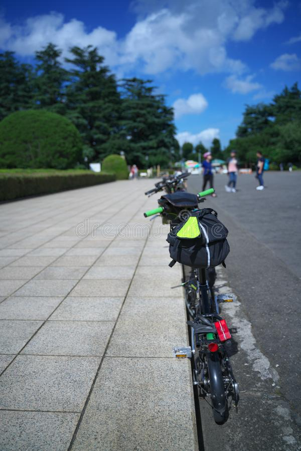 Fietser die rust op een zonnige dag in Tokyo nemen royalty-vrije stock fotografie