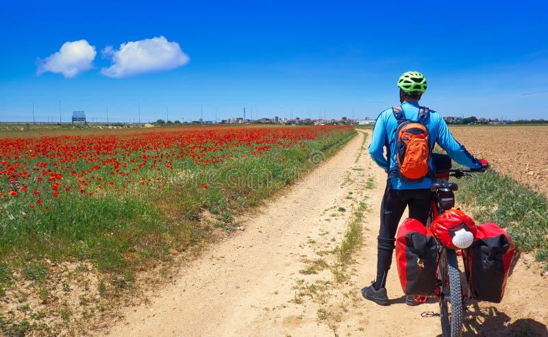 Fietser door Camino DE Santiago in fiets stock foto's