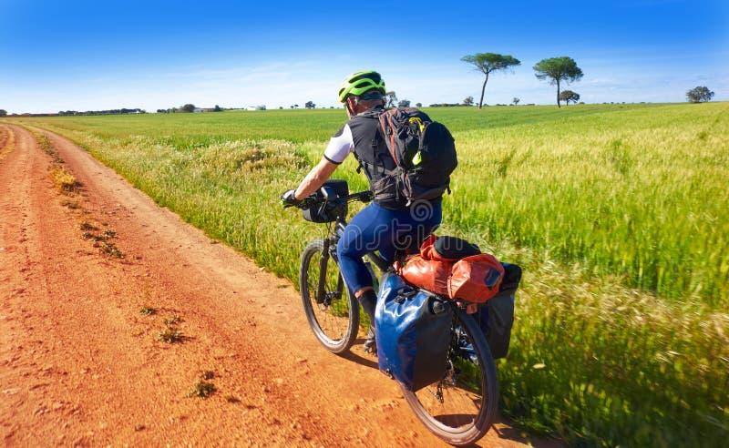 Fietser door Camino DE Santiago in fiets stock afbeeldingen