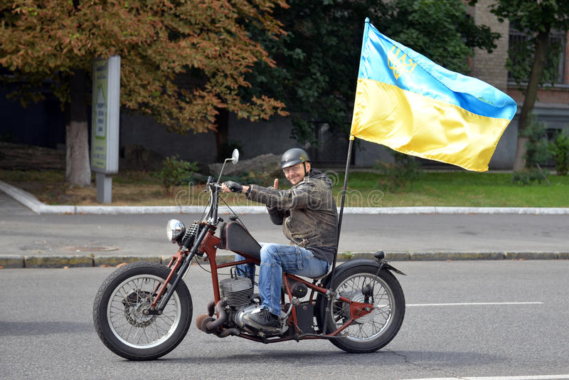 Fietser met de grote Oekraïense vlag royalty-vrije stock fotografie
