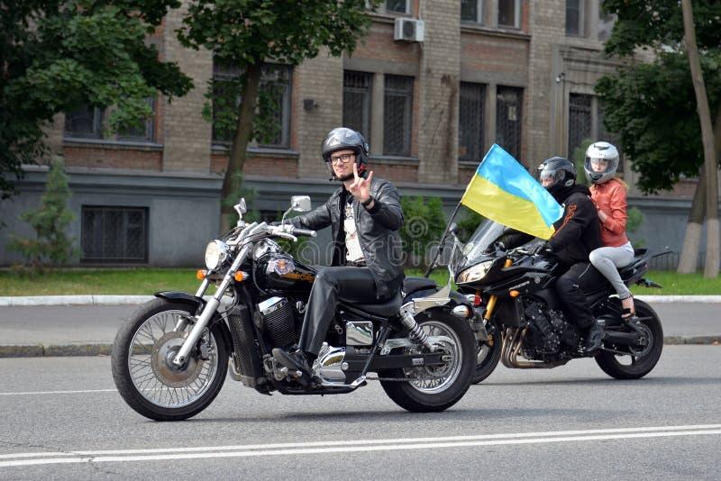 Fietser met de Oekraïense vlag stock fotografie