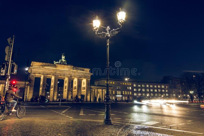 Fietser op achtereind van de Poort van Brandenburg bij nacht stock foto's