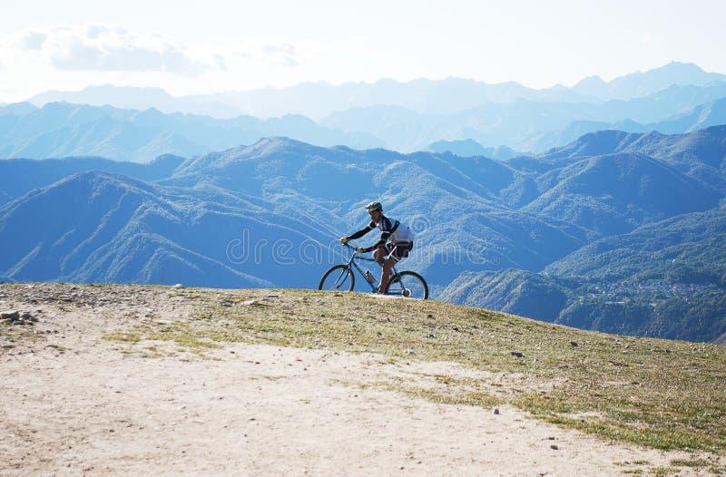 Fietser op de piek van berg Mottarone stock afbeelding