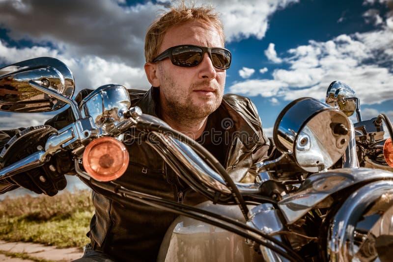 Fietser op een motorfiets stock afbeelding