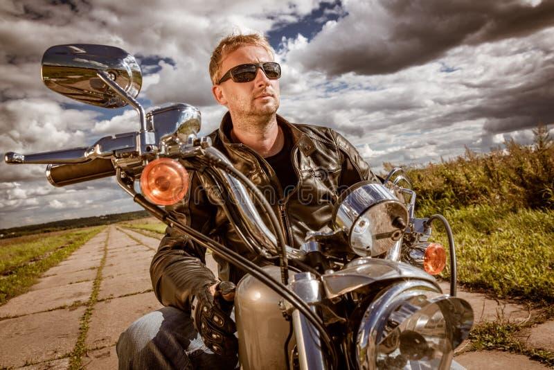 Fietser op een motorfiets royalty-vrije stock foto