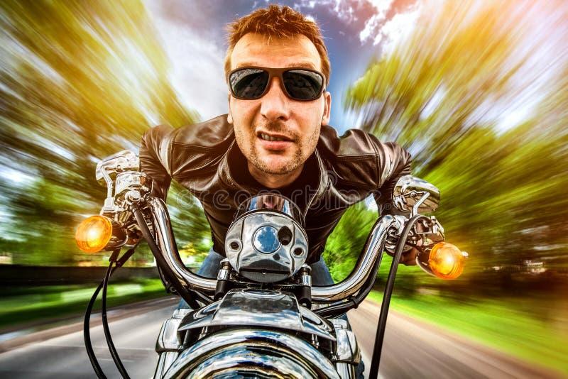 Fietser op een motorfiets royalty-vrije stock afbeelding