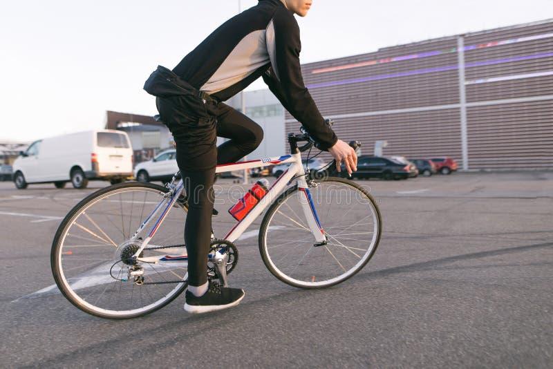 Fietser op een snelle fietsrit, rit in het parkeerterrein, op de achtergrond van de wandelgalerij royalty-vrije stock foto's