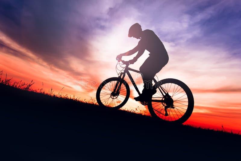 Fietser op fiets met hemelachtergrond op sunsetSilhouette van een fietser op fiets met hemelachtergrond op sunsetSilhouette stock foto