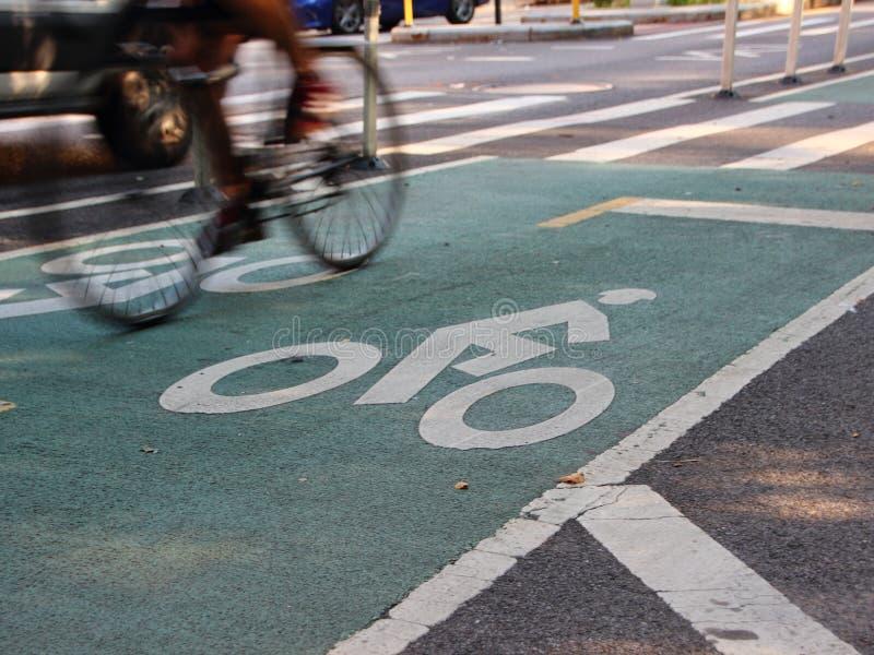 Fietser op Fietsweg in New York stock afbeeldingen