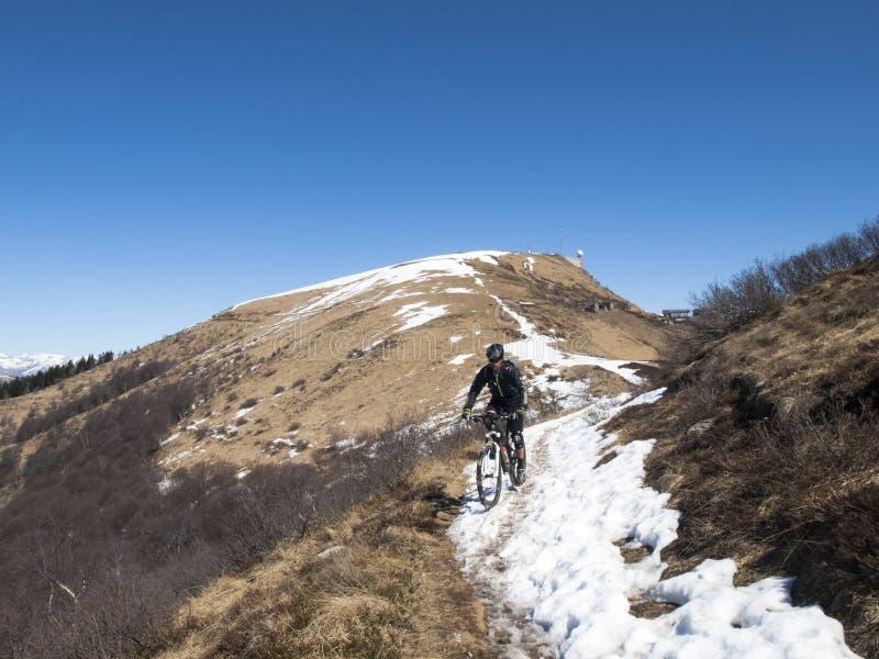 Fietser op sneeuwweg stock foto