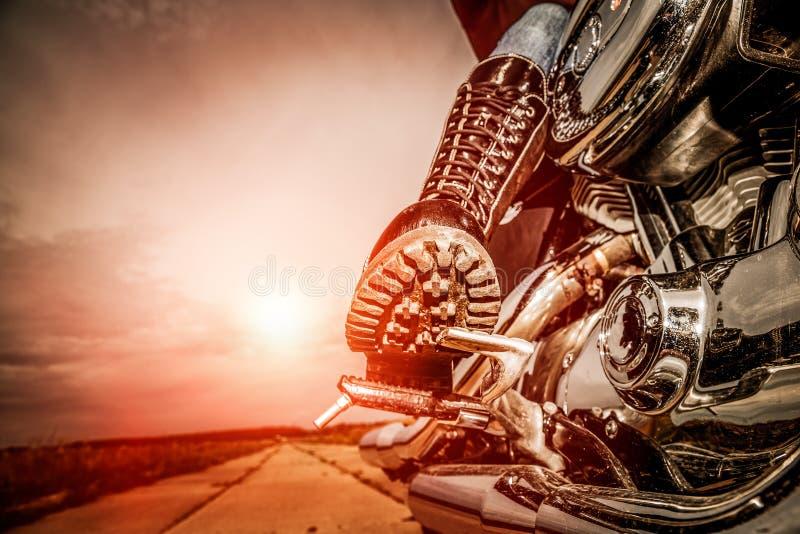 Fietsermeisje dat op een motorfiets berijdt royalty-vrije stock afbeeldingen