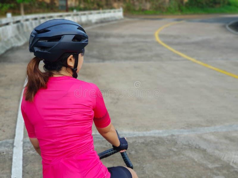 Fietsermeisje op Haar Roadbike royalty-vrije stock foto's