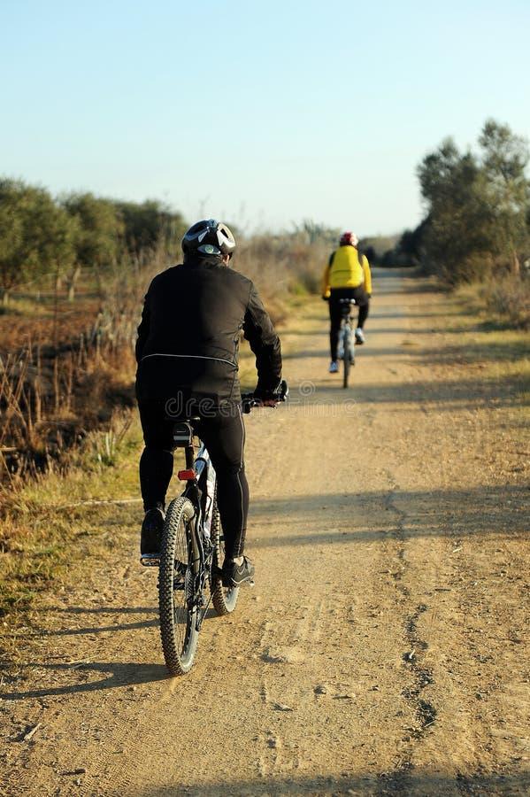 Fietsers in greenway Los Molinos del Agua in Valverde del Camino, provincie van Huelva, Spanje stock foto's
