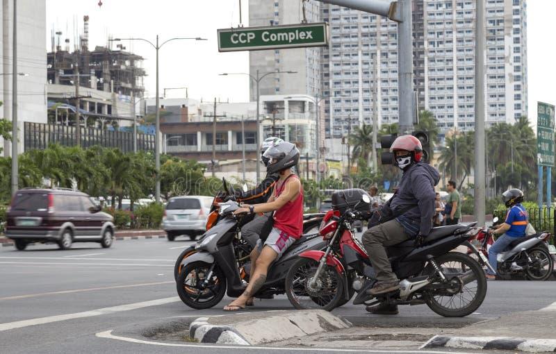 Fietsers op de wegen van Manilla stock foto