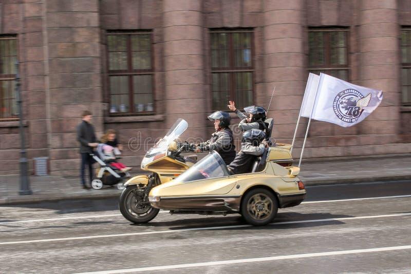 Fietsers op een motorfiets met sidecar stock foto