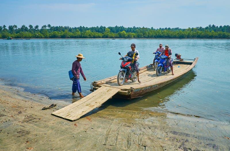 Fietsers op vlot-veerboot, Ngwesaung, Myanmar stock fotografie